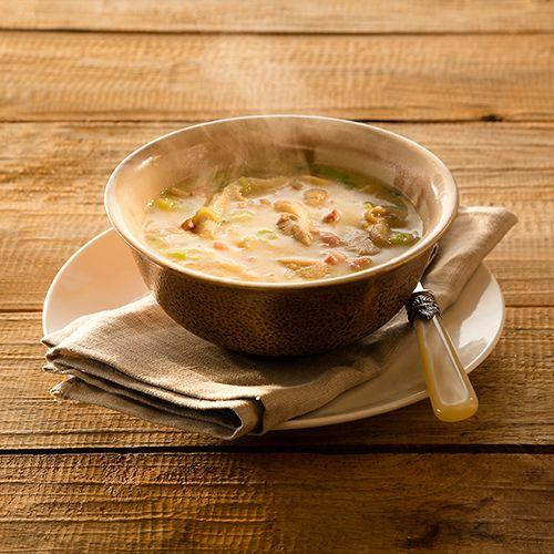 Kook de aardappelen in ongeveer 20 minuten gaar in de bouillon. Pureer tot een gladde soep in een blender of met de staafmixer. Bak ondertussen de spekjes