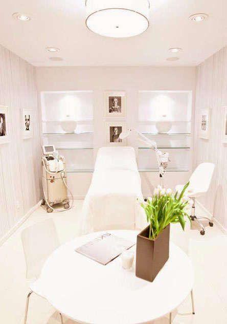 El uso del blanco en paredes piso y muebles ligeros en esta habitacion dan la impresion de aumentar el espacio dandole un aspecto de profesionalismo,limpieza y claridad.