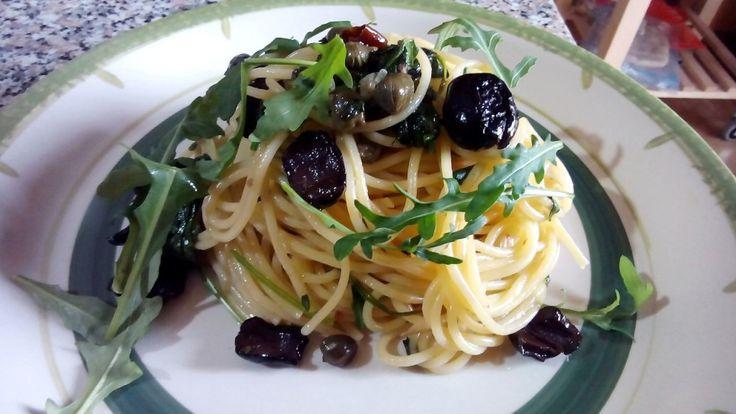 Espaguetis con anchoas alcaparras y aceitunas – Spaghetti con olive, capperi e rucola | Recetas italianas, recetas de cocina italiana en espanol | Bloglovin'