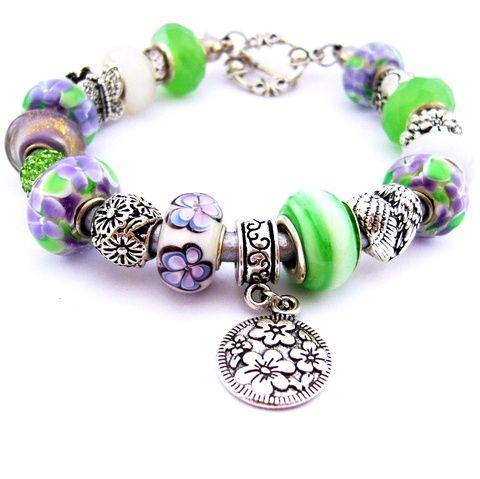 Bársonyos szirmok! - lila, zöld és fehér pasztell virágos charm karkötő pandora stílusban bagollyal, pillangóval (ButterflyJew) - Meska.hu