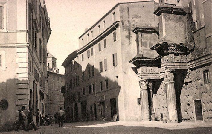 """Via della Croce Bianca (demolita negli anni '30, non più esistente) e sulla destra le cosiddette """"Colonnacce"""" del Foro di Nerva."""