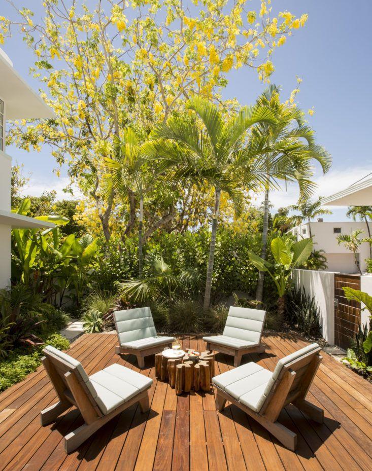 Боковая терраса с мебелью бразильского дизайнера Карлоса Маттой. Фото: Макс Замбелли .