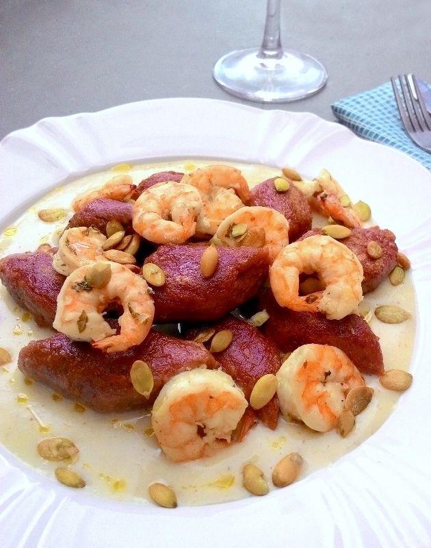 Nhoque de batata doce roxa com molho cítrico e camarões (calorias reduzidas, sem glúten, sem lactose)