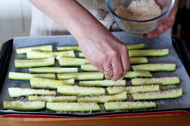 """Diaporama """"Comment faire des frites de courgettes parmesan et citron"""" - Parsemez les courgettes du mélange au parmesan"""