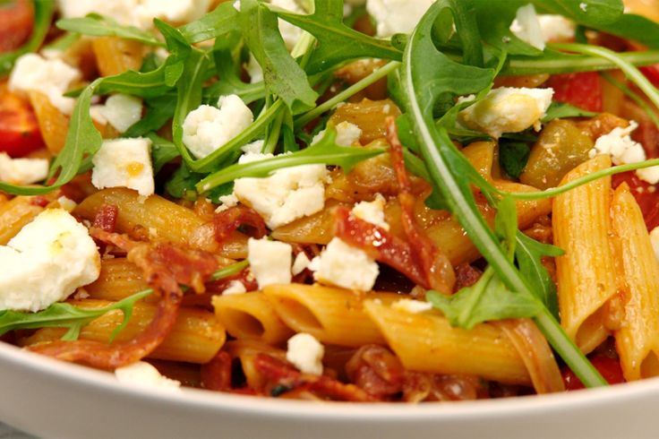 Vandaag is onze Italiaanse tegenstander aan de beurt. Jeroen maakt penne met aubergine en Italiaanse salami. Eenvoudig, snel klaar en vooral superlekker.