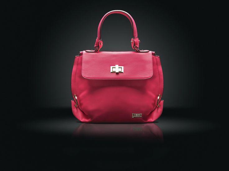 bolso sintético con acabados metálicos color rosa fosforescente.  solo en www.lymont.com