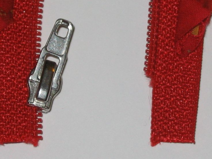 Hier kurz meine Methode, den Zipper auf den Endlosreißverschluß zu fädeln:     Den Zipper am einen Ende ca. 1cm weit auf den RV schieben, da...