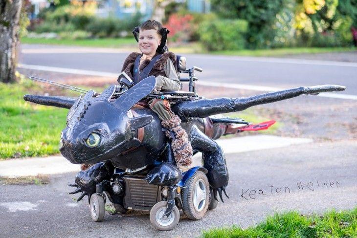 Niño en silla de ruedas disfrazado de los personajes de cómo entrenar a tu dragón