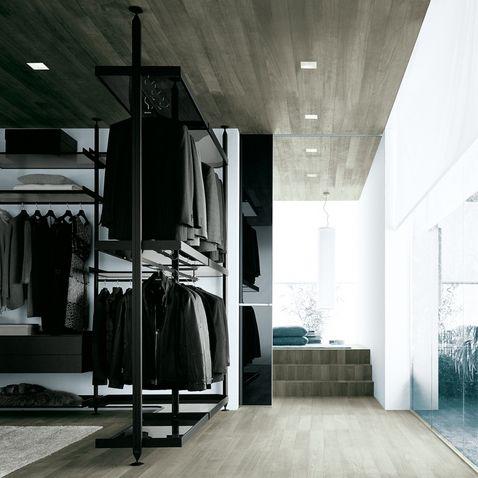 cabina armadio Zenit con montanti verticali in alluminio nero, mensole con ring in alluminio nero e vetro grigio trasparente, cassettiere in...