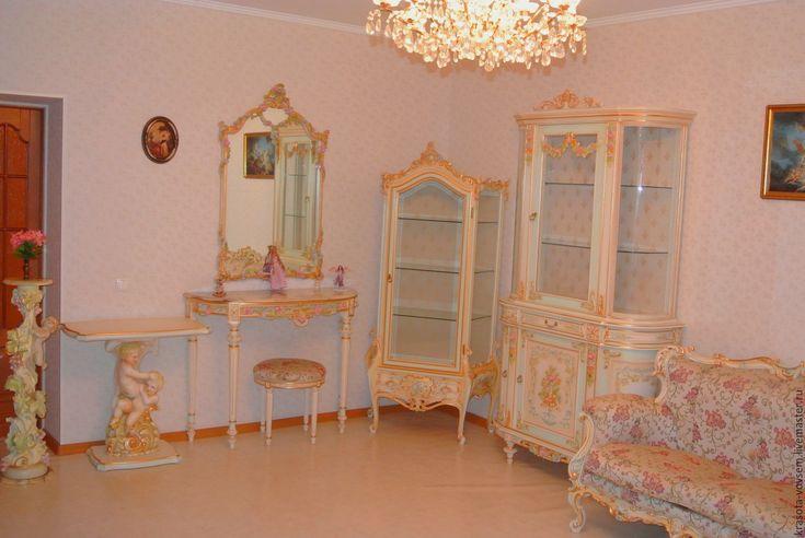 Купить мебель из дерева - комбинированный, витрины, подставка под телевизор, зеркало в деревянной раме, диван