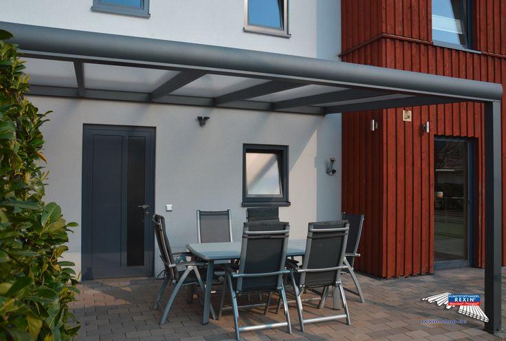 Ein Alu-Terrassendach der Marke REXOpremium 5m x 3,5m in anthrazit mit Eiskristall-Stegplatten, auf denen Staub & Schmutz nicht zu erkennen sind.  Die Pfosten wurden auf 2,70 Meter verlängert und kundenseits unter die Terrassensteine versenkt.  Das Anthrazit der Unterkonstruktion passt sehr gut zur Farbe von Fenster und Tür.  Ort: Konz-Filzen    #Terrassendach #Aluterrassendach #REXOpremium #Stegplatten #Rexin