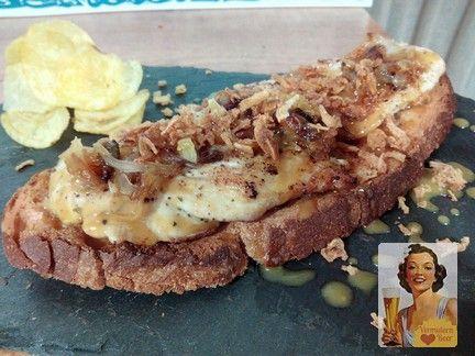 Tosta con pan de pueblo, con pechuga de pollo, sirope de mostaza y cebolla caramelizada