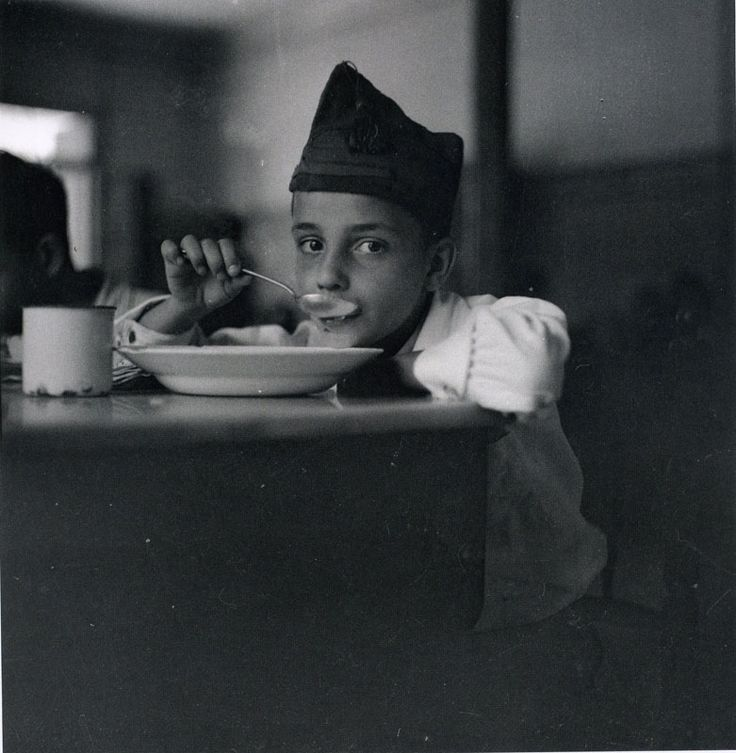 An orphan of war drinking his soup, Gerda Taro #photography @Qomomolo