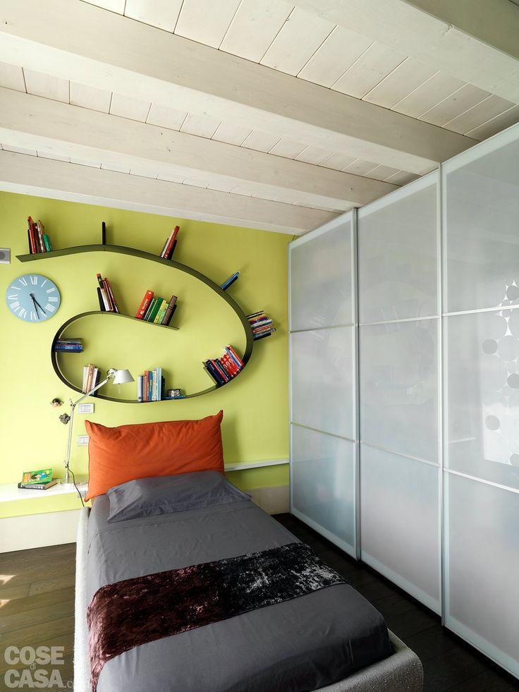 Grandi superfici vetrate moltiplicano la luminosità degli ambienti, distribuiti intorno a uno spazio all'aperto. Il living, arredato con gusto contemporaneo, è completato da un livello superiore attrezzato anche per l'home fitness.
