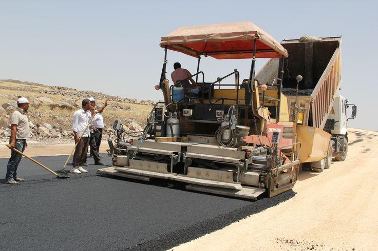 Büyükşehirden 5 Ayda Büyük Başarı  Şanlıurfa Büyükşehir Belediye Başkanı Celalettin Güvenç, seçimlerin ardından Başkan olarak görev yaptığı 5 aylık sürede kent genelinde; 108 kilometre soğuk asfalt ve 228 bin metrekare sıcak asfalt yol yapımını, 54 km beton yol yapımını, 954 kilometre stabilize yol yapımını ve 66 bin metrekare parke taşı döşenmesini sağladı.   Video Haber detay için; http://www.sanliurfa.bel.tr/detay.asp?u=1134&f=3&b|buyuksehir%92den-5-ayda-buyuk-basari.html
