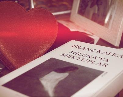 """""""İnsanı sırf hainlik olsun diye yutmayan bir denizde oradan oraya sürükleniyor gibiyiz.""""    —Franz Kafka / Milena'ya Mektuplar"""