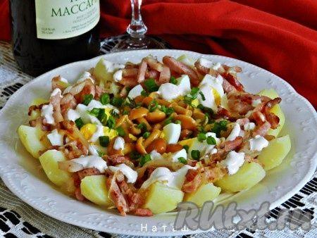 """Салат """"Деревенский"""", приготовленный с грибами, - очень вкусный и сытный. Маринованные грибы добавляют блюду пикантную нотку. Такой салат вполне может быть самостоятельным блюдом на обед или на ужин."""