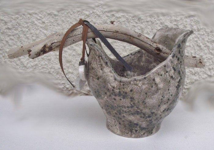 Pot fait à la main avec des boudins et recouvert de céramic couleur varan.  J'ai fais deux trous  en forme de  cœur que j'ai raccroché avec du cuir. Ma deuxième poterie.