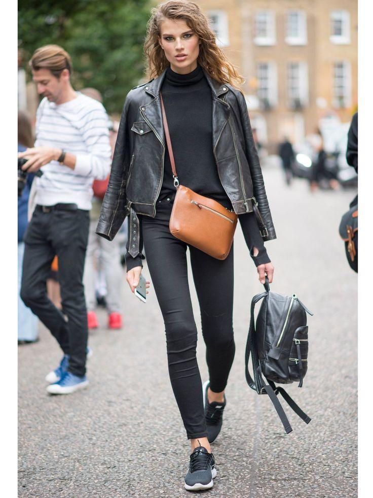Die Kombination von Crossbody Bag und Rucksack ist mittlerweile auch salonfähiger als sie die letzten Jahre war. Durch den Trend der Minibags werden überhaupt auch gerne mal mehrere Handtaschen auf einmal getragen. Hier darf auch farblich gemixt werden.