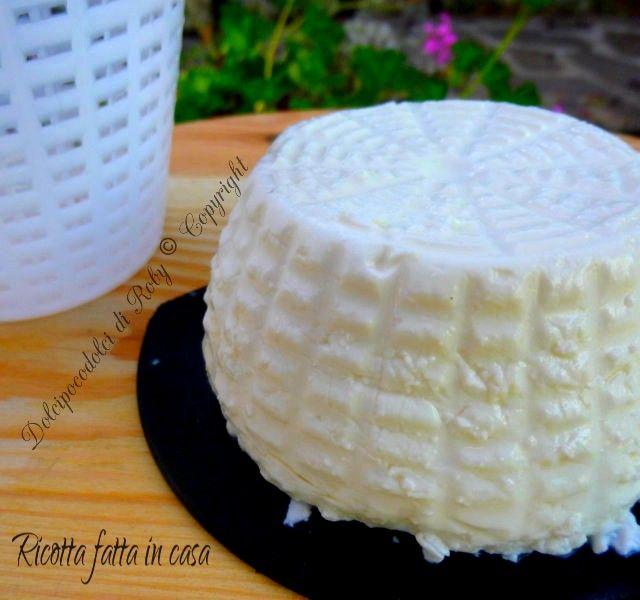 Ok!!!!Ricotta fatta in casa. Solo 3 ingredienti per ottenere un latticino o un formaggio gustosissimo, morbido e delicato! Si prepara con facilità in pochi minuti *********