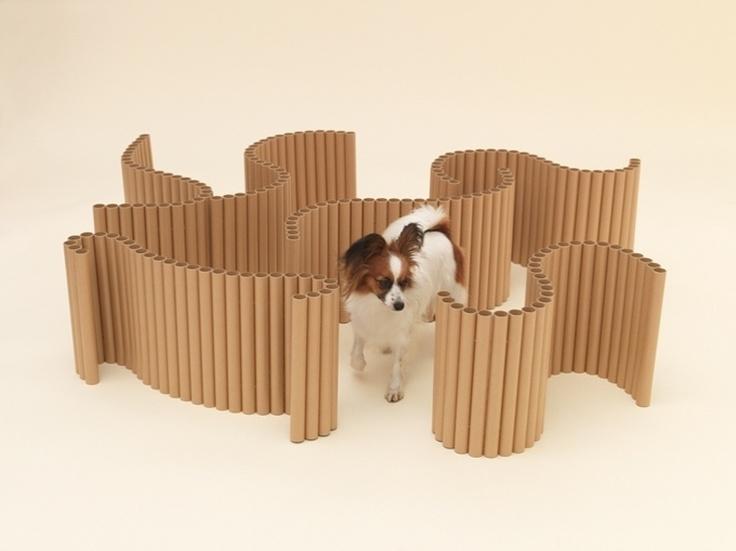 Para distrair e aguçar a criatividade dos cães da raça Papillon, o arquiteto japonês Shigeru Ban desenvolveu um labirinto feito com cilindros de plástico. A forma mutante, unida por fios, pode ainda dar corpo a uma caminha para o cãozinho. O design será exposto nos EUA, em dezembro de 2012, e depois em Tóquio, no Japão. As peças também estão disponíveis no site Architecture For Dogs (http://architecturefordogs.com). O designer japonês Kenya Hara, idealizador da proposta, incluiu na página a…