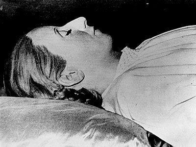 Esta imagen demuestra el cuerpo enbalsamado de Eva Peron. La gente de Argentina estuvo muy triste cuando ella se murio. La foto viene de un articulo sobre la muerte de Eva Peron, y aun que no viene de una revista muy conocida, todavia ay valor en la foto. Todo Argentina estuivo triste con su muerte por que todos la amaban. Los unicos que odiaban a Eva fueron los ricos y Europeos.