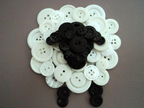 Trois moutons bouton créent une Tenture murale texturée pour votre tout-petit chambre ou pépinière. Moutons sont faits de boutons noir et blanc et se tenir debout sur un 8 x 16 peint la toile. Choisissez votre couleur de fond.