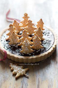 Crostata di Natale (Cioccolato e Cannella) ricoperta di biscottini a forma di alberelli - Ricetta Crostata di Natale