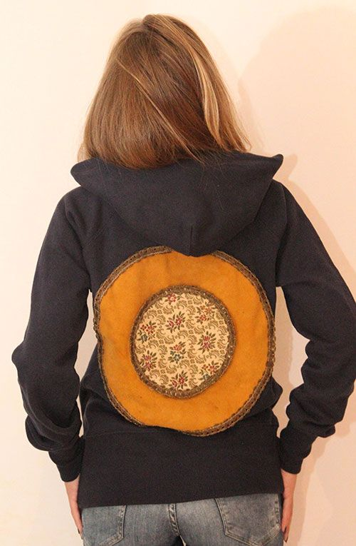 Unique piece: navy blue hoodie with vintage application, only one available, size medium, vintage application on the back
