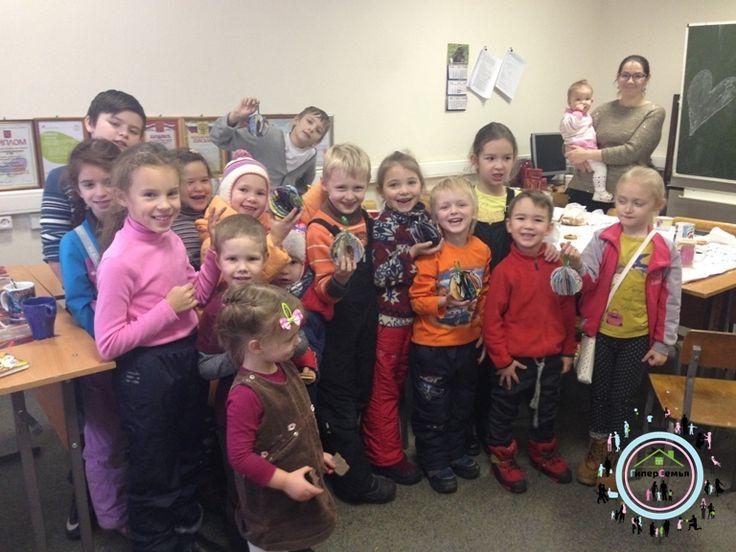 В субботу, 3 декабря, прошел мастер-класс для детей из многодетных семей Колпинского района.   Мы готовимся к Новому году, поэтому делали елочную игрушку.   На мастер-классе присутствовали 8 многодетных семей. Из них 16 детей.   Елочный шарик делали из цветной бумаги и детских журналов. Подробное описание, как сделать шарик, читайте далее: http://gipersemya.ru/?p=456  #Гиперсемья #gipersemya #МОППатриот #МОП_ПатриотКолпино #МногодетныеСемьи #МногодетнаяСемья #МногодетнаяСемьяКолпино #Мно