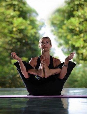 Bara #breathe och vara. Känner den djupa stretchingen och nå dina #mål med yoga varje dag!    #motivation #yogaeverywhere #mesastilaresort #indonesien  #practice