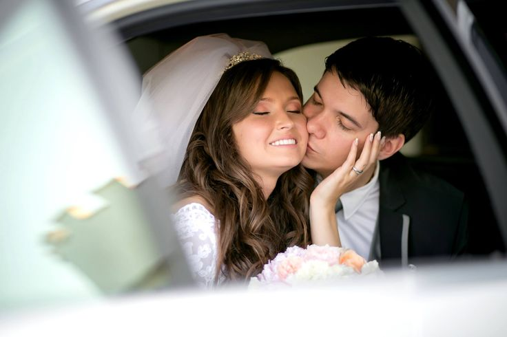 Wedding photo idea inside the car.