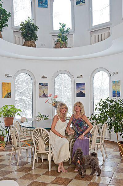 Яркие блондинки Татьяна и Елена Зайцевы — ставший известным в 1990-е годы вокальный дуэт сестер-близнецов. О том, как обустроен быт Татьяны и Елены в России, они рассказали во время визита нашего корреспондента в их загородный дом. В журнале «Красивые дома» №5 (158) '2015