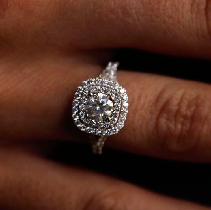 Doppelter Halo bereichert den oft einsamen Hauptdiamanten. Die kleinen Halo-Diamanten …   – Proposal Ideas