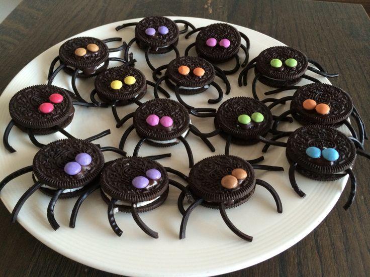 Leuke traktatie: Oreo-spinnen met dropveter poten en mini smarties als ogen. Koekjes en ogen heb ik vastgeplakt mbv een zakje chocoladeglazuur.