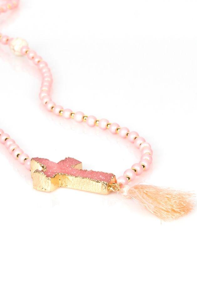 Κολιέ ροζάριο με μικρές και μεγάλες χάντρες. Το κολιέ έχει διακοσμητικό σταυρό και κρεμαστό φουντάκι. Το μήκος του κολιέ είναι 48cm.