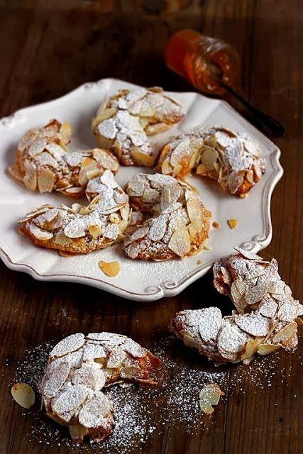 MIEL & RICOTTA: Cornetti alle mandorle con marmellata albicocche