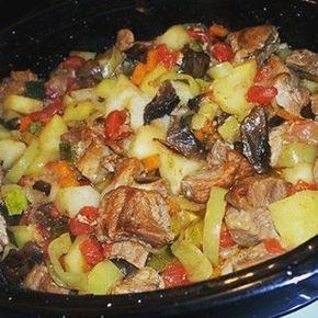 Жаркое в духовке Жаркое, а попросту, картошка с мясом и овощами, приготовленная в духовке – это всегда вкусно. Ведь мясо и овощи здесь взаимопропитываются соками и томятся вместе. Ингредиенты: - 1 кг свинины, можно взять ошеек - 1 кг картофеля - 2-3 зеленых болгарских перца - 1 большая луковица - 1 длинная морковь - 2-3 помидора - горсть сушеных белых грибов - 1 молодой кабачок или цукини - соль и перец - жир для жарения (смалец, сливочное масло, растительное масло) Грибы замочим и…