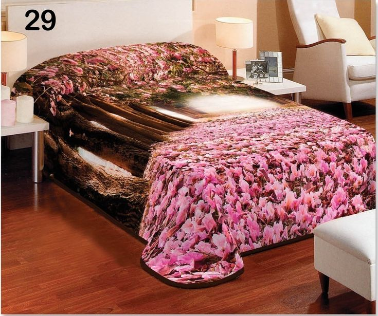 Růžová přikrývka a deka na válendu s rozkvetlou alejí