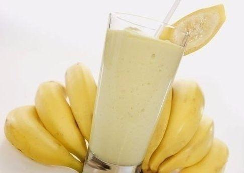 Утренний коктейль ● банан ● молоко ● овсяные хлопья  ПРИГОТОВЛЕНИЕ: Готовить его очень просто, один банан взбить в блендере со стаканом молока, можно добавить еще ст. ложку овсяных хлопьев или ч. ложку какао порошка, но это уже на усмотрение каждого. Быстрый, низкокалорийный и вкусный завтрак.