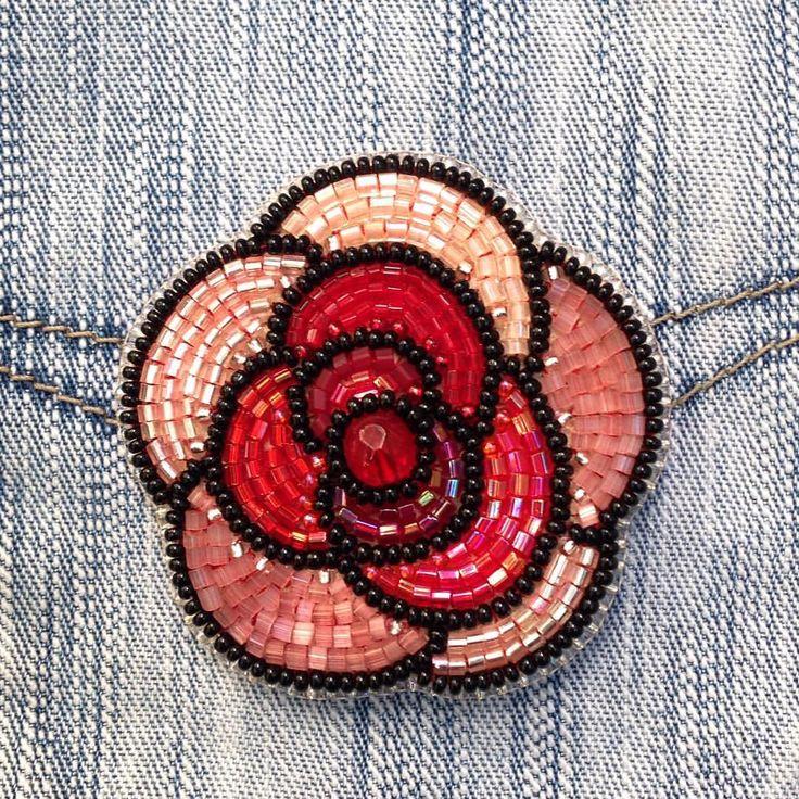 Свободная роза, крупная, яркая, нежная брошь) На свету изумительно переливается и искрится. Ищет хозяйку! Из серии #вдохновение_красным_lanazatoys Продана✅