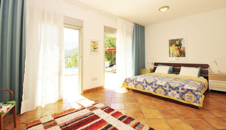 Zeer ruime slaapkamer op de begane grond met toegang tot het zwembad en terras.