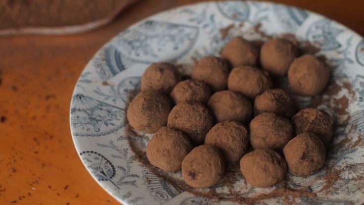 Chocolate é tão gostoso que é capaz de transformar vidas! Isadora Becker ensina a fazer deliciosas trufas com chá Earl Grey, inspiradas no filme Chocolate, de 2000.