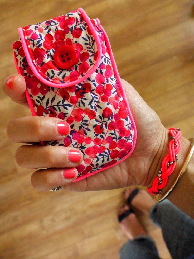 Tuto housse de portable by LaPoule  http://auremalou.canalblog.com/archives/2012/07/06/24650493.html#