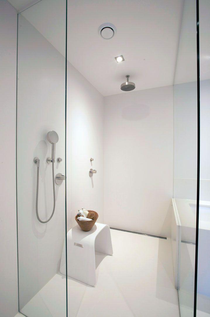 Design inloopdouche van Q-Artz. In deze prachtige inloopdouche is het Q-artz Custom Made concept compleet doorgevoerd. De douche is compleet op maat gemaakt. De wanden en de vloer zijn gemaakt uit composietsteen. Q-Artz