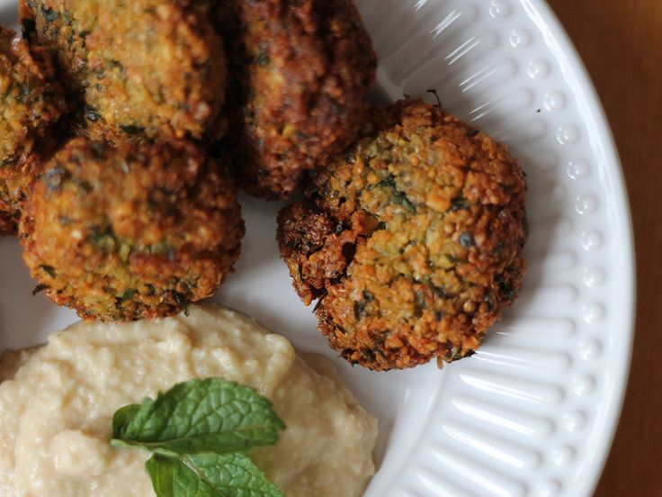 """Há tempos estou querendo trazer essa receita pro blog. Tá aí um bolinho que eu AMO de paixão: o falafel.A primeira vez que provei foi tão apaixonante que eu desejei encontrar mais desses bolinhos aqui no bairro. Como no único árabe que temos aqui não vende esse amor em forma de comida, fui """"obrigada"""" a"""