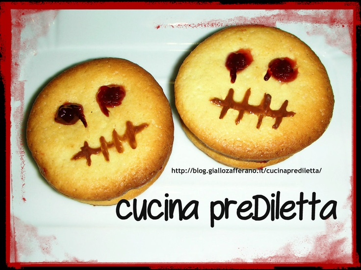 Biscotti di pasta frolla farciti,ricetta di Halloween  ...whatever... I'll call it sugar cookies with a scarey red jelly face!!!  Isn't this just SO cute!!?
