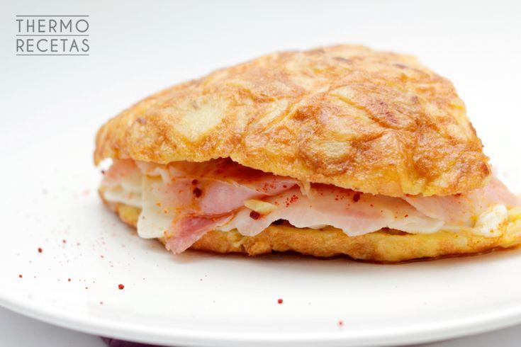 Sorprendente tortilla de patatas estilo gallego, rellena de lacón, queso de tetilla y pimentón. Jugosa y sabrosa, es una opción perfecta para una cena.
