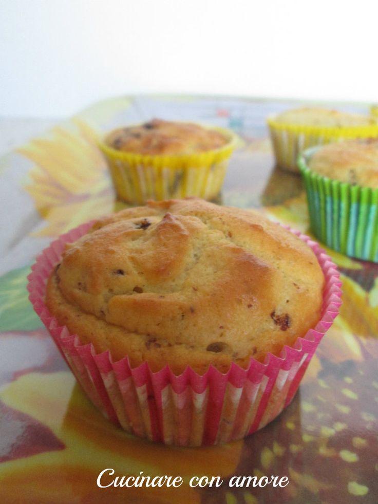 Muffin alla ricotta con cioccolato e canditi per una colazione ultra golosa .