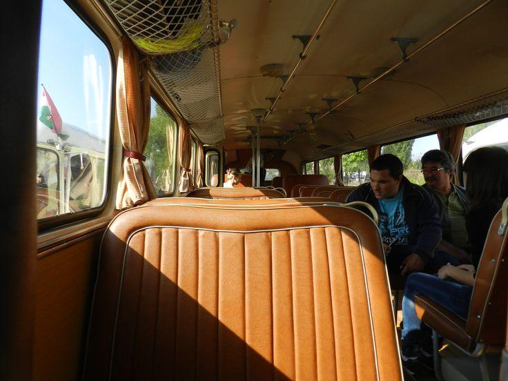 Klasszikus utastér: barna mübőr ülésekkel, csomagtartó-hálóval és aluminium csövekből formázott kapaszkodókkal... :-D